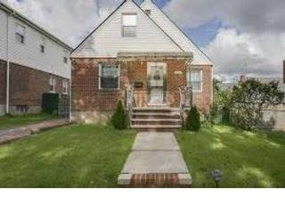 4 BR,  3.00 BTH   style home in Fresh Meadows